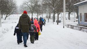 Näse elever på väg mot bussen.