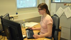 Lillemor Johansson jobbar sittande vid sin dator.
