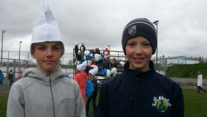 Eddie och Kristian i Solf skola tränar inför stafettkarnevalen