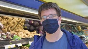 Patrik Karlsson med ett ansiktsskydd för mun och näsa.