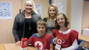 Lärarna Marina Björklund och Frida Klemets samt eleverna Isak Willberg och Frida Svarvars i Solf skola är engagerade i Hungerdagsinsamlingen.
