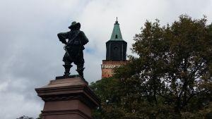 Statyn av Per Brahe står och tittar mot Åbo Domkyrka.