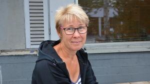 Profilbild på Sonja Österholm i svart munkjacka.