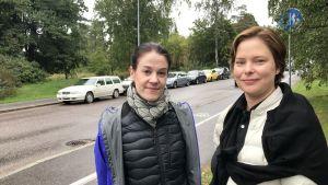 Maria Carlsson och Katja Creutz står vid Brändö Parkväg.