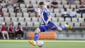 Filip Valencic sparkar bollen.