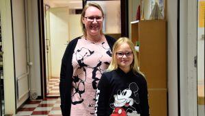Päivi Suutari med dottern Saara Ahlfors i Lappvik skola.