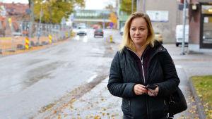Sandra Hellman går längs en gata.