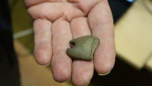 Ett stenhänge i en hand.