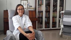 Biträdande överläkare Jessica Löf sitter i en länstol.
