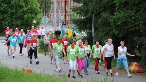 Ett stort gäng kvinnor går i ett motionslopp.