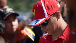 Kimi Räikkönen skriver autografer i Monaco 2018.
