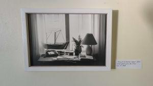 Ett svartvitt fotografi i en vit ram.