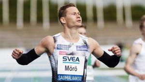 Oskari Mörö jublar efter målgång.