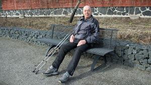 En man på en parkbänk.