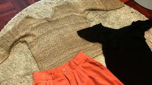 kläder ligger utspridda på en matta