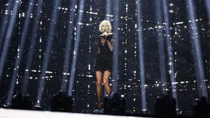 Sanna Nielsen på Eurovisonsscenen.