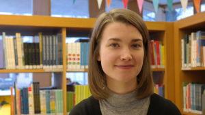 Logopeden och doktoranden Jenny Lindgren i Åbo stadsbibliotek