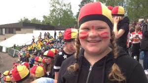 Anna från Smedsby-Böle skolas hejarklack hoppas på vinst.