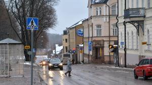 Fotgängare och bilar på gata
