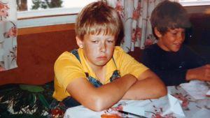 Ung MArcus Rosenlund ser uttråkad ut