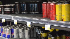 Energidrycker, flera olika sorter, på några butikshyllor.