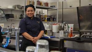 Udomrak Yodkaew jobbar i köket på en lunchrestaurang