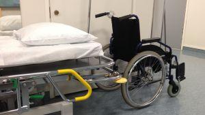 Rullstol och sjukhussäng.