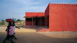 Naisia saapumassa Naisten taloon Ruffisque / Senegal