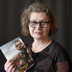 Anne Suominen med pamfletten Regeringen Sipilä och svenskan