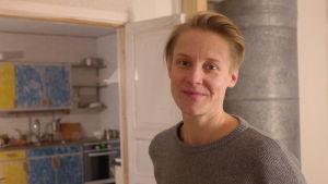 Sandra Nyberg med en plåtugn och köksskåp i bakgrunden