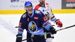 Jaromir Jagr står framför en motståndare på isen.