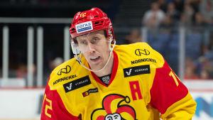 Marko Anttila glider på isen.