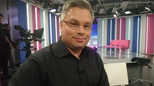 Kirjailija Tommi Kinnunen Puoli seitsemän -ohjelmassa