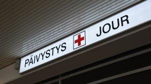 Skylt utanför jourmottagningen vid Åbo universitetscentralsjukhus.