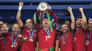 Cristiano Ronaldo lyfter EM-bucklan, juli 2016.