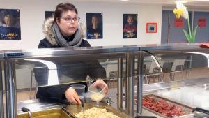 Arja Heinola tar skolmat i Källhagens skola