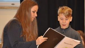 Kompositören Cecilia Damström instruerar en elev i Åshöjdens grundskola.