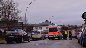 Ambulansen, brandbilen och poliserna samlade