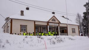 Elever utanför Hagaborg.