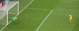 Barcelonas Lionel Messi sumpar sin straff.