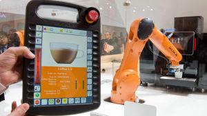 Kuka visar upp ny robotteknik i Hannover i Tyskland.