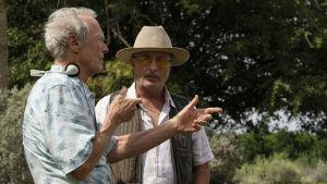 Clint Eastwood regisserar Andy Garcia under inspelningen av The Mule.