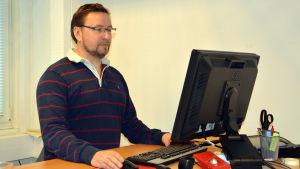 Ted Bergman vid ingenjörsbyrån Citec väljer ibland att stå och jobba vid sin dator.