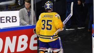 Henrik Lundqvist lämnar isen.