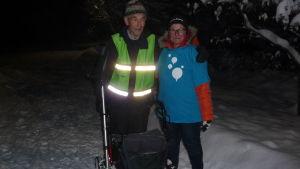 Mirja Koponen och en äldre man, Berndt Johansson poserar i ett vinterlandskap. De deltar i Gåkampen 2016