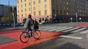 En kvinna på en cykel.