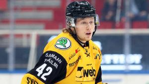 Robin Salo spelar match i Åbo.