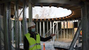 Arkitekten Matti Kuittinen förevisar det cirkelformade huset Pyörre på mässområdet i Lojo.