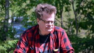 Jan Fast som leder arkeologiska utgrävningen i Vävarsbacka