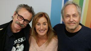 Freeman, Milana ja Arto Vilkko seisomassa Radio Suomen tunnuksen edessä
